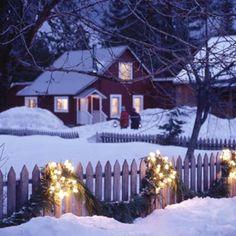 Festliche Gartenbeleuchtung zu Weihnachten gartenzaun holz schnee