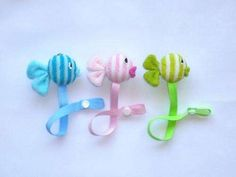 mumi, baberos, portachupetes, directo de fabrica! Crochet Pacifier Holder, Baby Binky, Dummy Clips, Summer Baby, Crochet For Kids, Handmade Baby, Baby Sewing, Sewing Tutorials, Paper Dolls