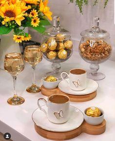 Este posibil ca imaginea să conţină: interior Coffee Tray, Coffee Bar Home, Coffee Cafe, Autumn Coffee, Brunch Party, Food Platters, Food Decoration, Food Goals, Cafe Food