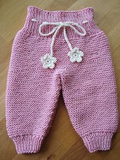 Knit Trousers Made From Bottom Up - Babykleidung Baby Boy Knitting, Knitting For Kids, Baby Knitting Patterns, Baby Patterns, Free Knitting, Knit Baby Pants, Baby Pants Pattern, Baby Cardigan, Baby Sweaters