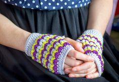 かぎ針編みで作るハートのハンドウォーマー(指なし手袋)の編み方と編み図を写真つきで紹介しているページです。