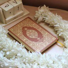 السلام علیکم ورحمتہ اللہ و برکاتہ   ان کے برے اعمال ان کے بھلے دکھائی دیتے ہیں۔ اور خدا کافر لوگوں کو ہدایت نہیں دیا کرتا۔ سورتہ التوبہ (37)(3/3)
