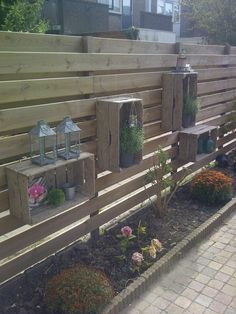 Decorate your exterior with wooden boxes . 20 very insightful ideas Decorate your exterior with wooden boxes … I want it! 20 very insightful ideas, # exterior Front Gardens, Outdoor Gardens, Small Gardens, Homemade Garden Decorations, Diy Decoration, Old Wooden Boxes, Wooden Crates, Wine Crates, Diy Fence