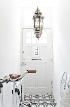 Vosgesparis: Modern Moroccan style in Black and White home decor white Moroccan Lamp, Moroccan Lanterns, Modern Moroccan, Moroccan Style, Moroccan Theme, Design Hotel, House Design, Black And White Dishes, Black White
