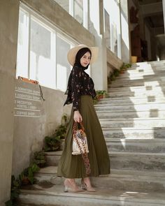 Butuh inspirasi ootd hijab zaman now? Hijab Casual, Ootd Hijab, Hijab Chic, Casual Ootd, Muslim Fashion, Modest Fashion, Skirt Fashion, Fashion Outfits, Modest Outfits
