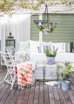 kuva Outdoor Rooms, Outdoor Living, Outdoor Furniture Sets, Outdoor Decor, Patio Pergola, Balcony Flowers, Small Apartments, Porch Swing, Dream Garden