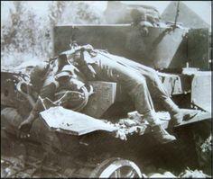 Soldat Canadien mort sur un Panzer IV détruit par un obus anti-char St Lambert sur Dives 1944