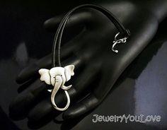 Ellie la elefante pulsera Esta llave Hecho a la orden está hecha de cuero y plata de ley.925. La palanca ha sido oxidada para los detalles. Mano fabricado esta pulsera de diseño, corte, soldadura, hasta terminar. Como joyas de la naturaleza de la mano, no hay dos piezas son exactamente iguales. El producto que recibe podría ser ligeramente diferente entonces lo que se ve en la foto. Si te gusta la joyería única o usted es un amante de los animales, te encantará esta pulsera. De diversión…