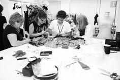 dernières retouches avant le défilé, dans les ateliers Dolce & Gabbana http://www.vogue.fr/mode/inspirations/diaporama/les-coulisses-de-la-fashion-week-printemps-ete-2014-a-milan-jour-5/15345/image/846831#!les-dernieres-retouches-avant-le-defile-dans-les-ateliers-dolce-amp-gabbana