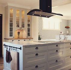 Symbol  Fjäråskupan - Svart - Vit - Klassiskt kök - Kök - Kitchen - Frihängd - Spiskupa - Köksö - Vitrinskåp - Sven Snickare - Redskapsstång - Skålhandtag - Marmor - Marble - Carrara - Bänkskiva