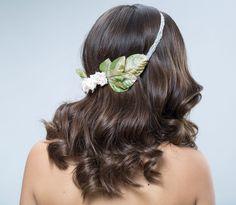 Tocado diadema de flores tela y aplique bordado a mano