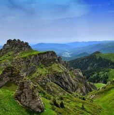 Imagini ULUITOARE care ne arată că în Masivul Ciucaș găsim RAIUL pe PĂMÂNT! Case, Romania, No Worries, Golf Courses, Outdoor, Outdoors, Outdoor Games, The Great Outdoors