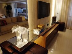 Sala de TV | O espelho cria uma ilusão de profundidade aumentando o ambiente, a estante também espelhada acompanha este conceito | marcelasantiago.com.br