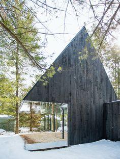 Sustainable Homes: Lake Cottage von den kanadischen Architekten Uufie ist eine Neuinterpretation des Lebens in einem Baumhaus, bei dem die Natur ein wichtiger Bestandteil des Gebäudes ist. In einem Fichten- und Birkenwald entlang des Kawartha Flusses wurde das zweistöckige und multifunktionale Haus entworfen.