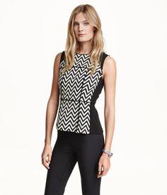 Sieh's dir an! Ärmellose Bluse aus Jacquardstoff mit Kontrastpartien. Modell mit verdecktem Reißverschluss im Rücken.  – Unter hm.com gibt's noch viel mehr.