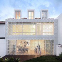 todas imagens . all images O mosaico portugues cresce em popularidade. Desta vez afirma-se no mundo da arquitetura com esta fachada desenhada por João Tiago Aguiar. Um painel que funciona como uma pele que filtra a luz do sol e também protege a casa de ...