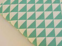 Tissu imprimé triangle, géométrique, Vert et blanc : Tissus Habillement, Déco par mademoisellepepper