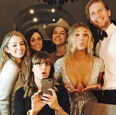 Coming in with a bang! Kaley Cuoco joked concerning the cleavage baring Tommy Hilfiger dress she wore to the 2017 Golden Globes Kaley Cuoco Body, Kaley Cuocco, Season Premiere, Beautiful Celebrities, Beautiful Ladies, Sexy Hot Girls, Bigbang, American Actress, Beauty Women