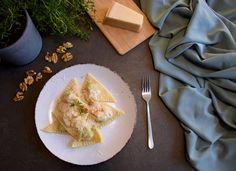 Diese kleinen dreieckigen Teigtaschen sind die ligurische Version von Ravioli. Klassisch gefüllt mit Spinat, Mangold, Kräutern und Ricotta werden sie mit einer würzigen Walnuss Sauce serviert. Ravioli, Kraut, Ricotta, Salsa, Dairy, Eggs, Cheese, Breakfast, Food