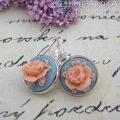 Vaaleanpunaiset ruusut vaaleansinisellä pohjalla   #ruusucamee #vanhanaikainenkoru #vintage #roses #helmipaikka