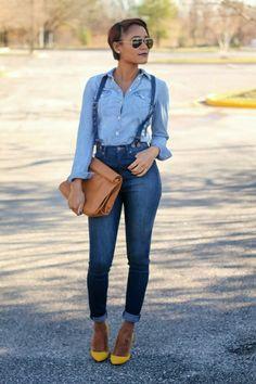 chemise en jean bleu, salopette , femme moderne avec lunettes noires