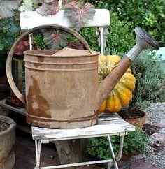 very proud watering can. Rusty Garden, Garden Junk, Garden Pots, Purple Garden, Green Garden, Autumn Garden, Garden Signs, Rose Cottage, Vintage Tins