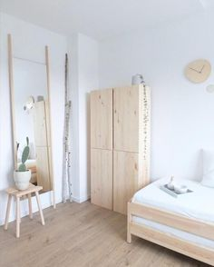 Gästezimmer einladend gestalten: So geht's For our guests only the best: Scandi-style guest rooms with lots of white, wood and Ikea Ivar at home at Wohngoldstück! Ikea Bedroom, Home Bedroom, Bedroom Furniture, Bedroom Decor, Couch Magazin, Coastal Bedrooms, Home And Deco, Minimalist Bedroom, My New Room