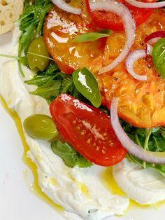 whipped ricotta with arugula and tomatoes - Google Search Arugula Salad, Tomato Salad, Caprese Salad, Zucchini Ribbon Salad, Onion Relish, Summer Tomato, Tomato And Cheese, Sliced Tomato, Heirloom Tomatoes