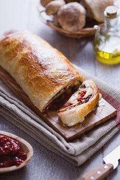 Ecco un'idea semplice ma buonissima per stupire i tuoi ospiti: #rotolo di #porcini e #prosciutto! (porcini #mushrooms and #ham #roll ) #Giallozafferano #recipe #ricetta