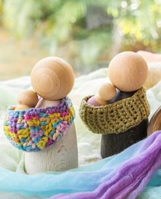I love the simplicity of toys that leave room for the imagination! What do you see here for instance? Two mums out on a walk? Mumma and Papa? Two Dad's with bubs in arms? Or is this the grandparents? I'm so in love with the Grapat Nins, these are the new adults and the baby Nins - both in stock now on our website - click on the What's New box. And how absolutely adorable are the slings made by @lavenderraysofharmony  #joguinesgrapat #grapat #imaginativeplay #steinerinspired #waldorf #play #e