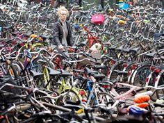 """Het Stationseiland bij Amsterdam Centraal wordt verboden gebied voor scooters en brommers. Parkeren kan alleen nog buiten het stationsgebied. Het verbod gaat op 10 november in. Een fout geparkeerde brommer levert de berijder een boete van 60 euro op. De gemeente heeft besloten gemotoriseerde voertuigen te weren, omdat verkeerd geparkeerde brommers de doorstroming van voetgangers hinderen. """"Amsterdam Centraal is een klein gebied waar dagelijks duizenden mensen passeren"""", laat de gemeente…"""
