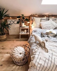 hygge home décor - bedroom diy We've gathered 32 hygge home and lifestyle projects so that you can embrace winter into your life. There's everything from cosy DIYs to interior inspiration so that you can achieve your hygge aesthetic. Casa Hygge, Hygge Home, Room Ideas Bedroom, Home Decor Bedroom, Bedroom Decor Natural, Winter Bedroom Decor, Ikea Bedroom, Decor Room, Design Bedroom