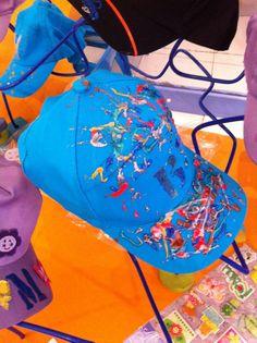 Boné customizado pelas crianças na oficina de customização de bonés.