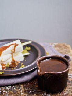 Ziegenfrischkaeseeis mit Balsamicokaramell und Rosmarinkrokant