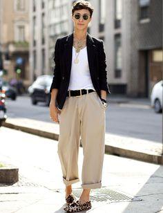Pantalon large 7/8 camel + marcel blanc = le bon mix (photo The Sartorialist)