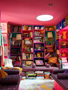 The reading room in the home of English fashion designer Zandra Rhodes. Turbulence Deco, Deco Retro, Interior And Exterior, Interior Design, Style Deco, Living Spaces, Living Room, Reading Nook, Boho Decor