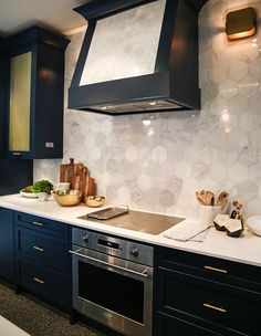 The Monogram 30″ Electronic Convection Single wall oven and Monogram 30″ Induction cooktop are built into the lower cabinets. | Designer: Sarah Richardson | Photographer: Courtesy of Monogram Canada