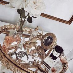 36 New Ideas For Vintage Makeup Vanity Ideas Girly Vintage Makeup Vanities, Diy Makeup Vanity, Vintage Vanity, Beauty Vanity, Vanity Room, Vanity Decor, Vanity Ideas, Vanity Tray, My New Room
