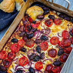 Igår ställde jag denna ugnsform på grillen😍 Fylld med fetaost, tomat, lök, oliver, oregano och olivolja. Det var ett magiskt gott tillbehör vid maten👌 Vi doppade bröd direkt i formen.. ljuvligt när osten var varm. Man kan även baka osten i ugnen. Gott som en förrätt, som tilltugg vid maten eller som en varm sallad. Recept hittar du på bloggens startsida. Gå till zeinaskitchen.se ❤