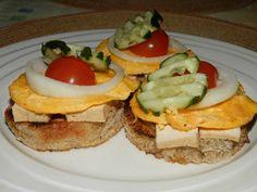 Kytičkový den - Topinky- starší chléb nakrájíme na krajíce a vykrojíme z nich kolečka, která velmi mírně pokapeme olivovým olejem a posypeme libovolným kořením, na suché pánvi opečeme po obou stranách. Topinku potřeme hořčicí a poklademe tofu sýrem , třeba uzeným. Rozšleháme si opatrně oddělené žloutky a uděláme z nich omeletu, z ní pak vykrájíme kolečka , dáme na topinku, přidáme rajče, okurku.