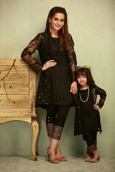 Mother & Daughter matching Dresses Indian - The handmade craft Mom And Baby Dresses, Baby Girl Dress Patterns, Stylish Dresses For Girls, Dresses Kids Girl, Mom Dress, Girl Outfits, Pakistani Fashion Casual, Pakistani Dresses Casual, Pakistani Dress Design