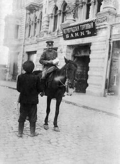 Calles de Karkov, Ucrania. Un policia fronterizo a caballo controla los documentos de un transeúnte. Foto gentileza Sr Manuel Gimenez Puig