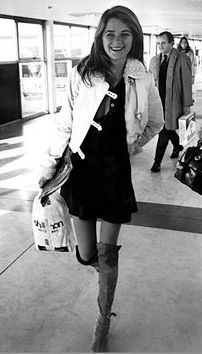 Classic style - Charlotte Rampling wearing knee-high boots in London's Heathrow Airport, via Rue Des Archives Charlotte Rampling, 70s Fashion, Look Fashion, Fashion Beauty, Vintage Fashion, Fashion Outfits, Street Fashion, Classic Fashion, Classic Style