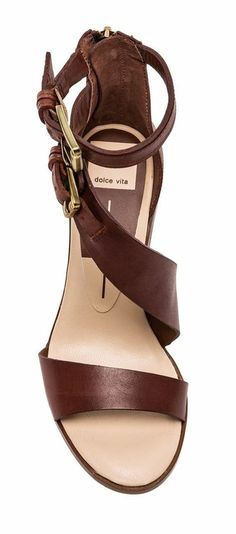 sandales pour femme en bordeaux avec deux grandes boucles de coté et fermeture éclair derrière