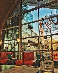 Burger und Milchshakes in einem Diner, oder Cocktails in einer traditionellen Bar: hier unsere Favoriten für amerikanische Lokale in Wien. Lokal, Burger, Cocktails, Bar, American Food, Tips, Craft Cocktails, Cocktail, Drinks