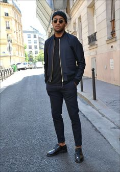 dark blue bomber jacket, black T-shirt with a round neck- Buy the look: lookastic.de / … – Navy beanie – Navy blue bomber jacket – Black crew-neck t-shirt – Navy suit trousers – Black leather derby shoes Source by felixkliemant - Stylish Men, Men Casual, Smart Casual Black Men, Casual Winter, Casual Wear, Smart Casual Menswear, Dress Casual, Fall Winter, Costume Bleu Marine