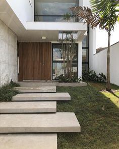 Ver essa obra ser construída tem me dado muita alegria! Ver cada detalhe ser executado tem sido inspirador. Inspirador em ver os… Modern Entrance Door, Modern Entry, Modern Stairs, Entrance Design, House Entrance, Front House Landscaping, Modern Landscaping, Modern Garden Design, Modern House Design