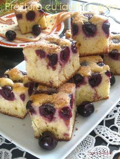 Yogurt cake with sour cherries No Cook Desserts, Vegan Desserts, Healthy Dinner Recipes, Cooking Recipes, Cake Recipes, Dessert Recipes, Vegan Challenge, Pie Crumble, Yogurt Cake