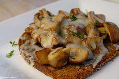 Broodje paddenstoelen uit de oven Dutch Recipes, Bread Recipes, Snack Recipes, Snacks, Typical Dutch Food, Tapas, Panini Sandwiches, Lunch Room, High Tea