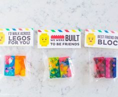 How to make LEGO crayons and free printable tags that would make a great party favor or Valentine! Such a fun way to recycle old broken crayons!